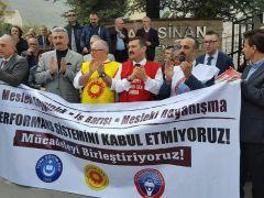 PERFORMANS DAYATMASINI MEB ÖNÜNDE PROTESTO ETTİK